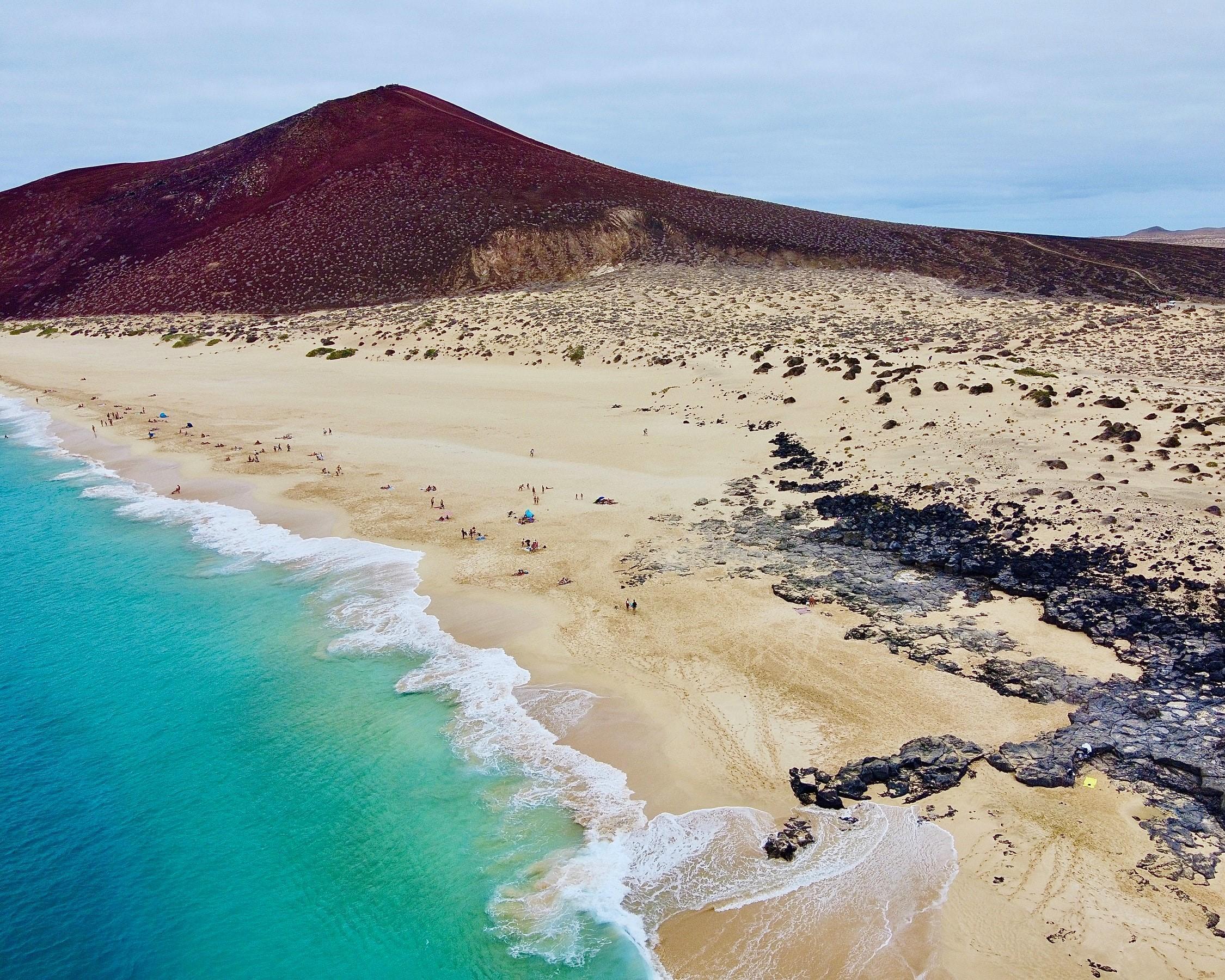 Disfruta de increíbles playas en Lanzarote desde Barcelona